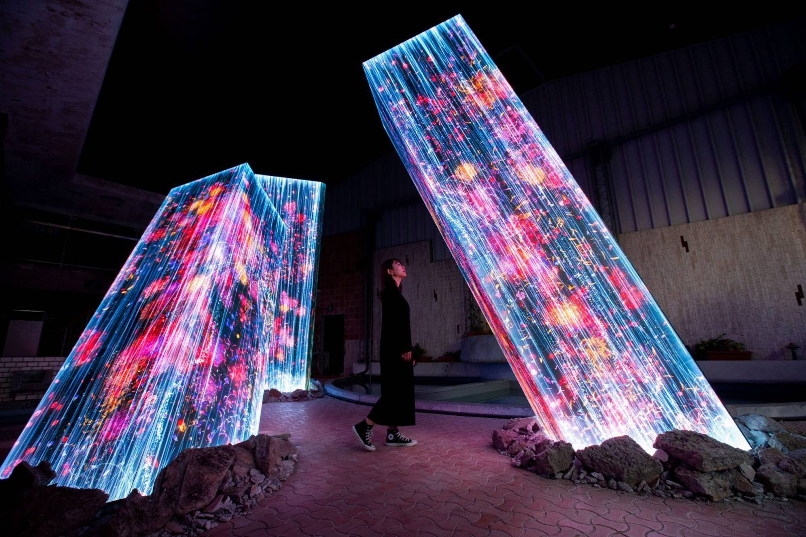 Teamlab installation Megalith dans des thermes