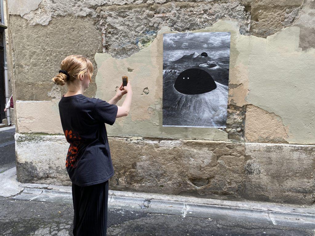 Une visiteuse découvre via l'application dédiée l'une des affiches de Faune créés Adrien M & Claire B x Brest Brest Brest.